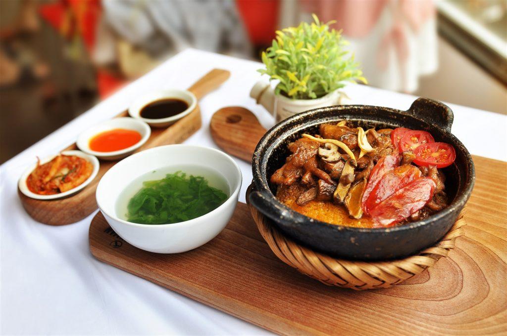 Quán ăn tối ngon ở Đà Lạt không thể không kể đến nhà hàng cơm niêu Việt Nam.