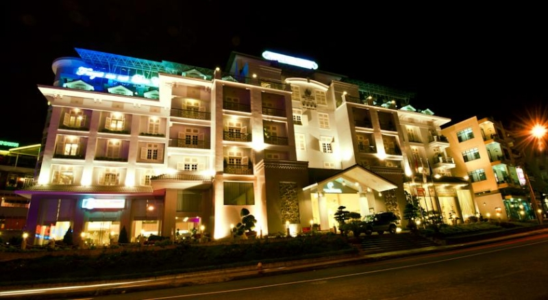 Con đường vàng của thành phố sở hữu nhiều khách sạn, nhà nghỉ cao cấp