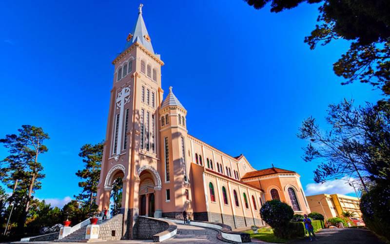 Nhà thờ Con Gà với biểu tượng con gà lớn trên nóc tháp chuông