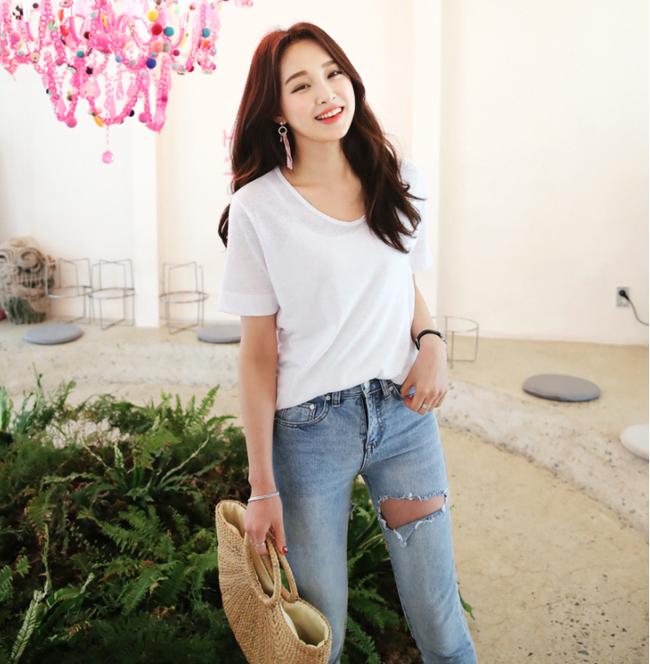 Áo trắng quần jeans là cách mix đồ huyền thoại mà không bao giờ lỗi mốt