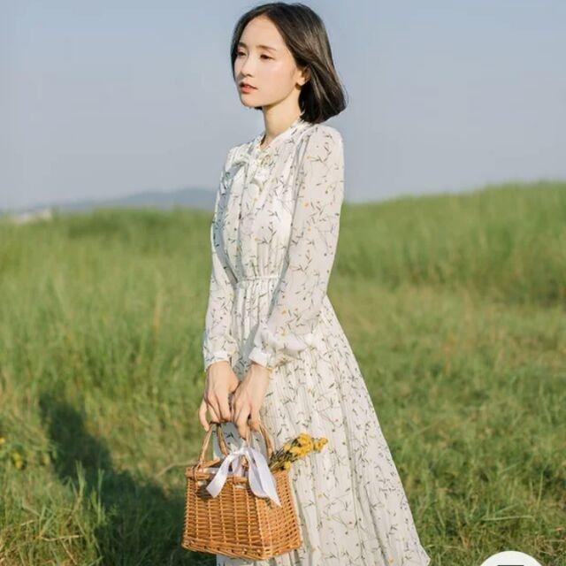 Váy hoa nhí là một trang phục tuyệt vời cho bạn